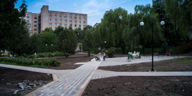 В оновленому сквері на вулиці Лепкого вже монтують дитячий майданчик