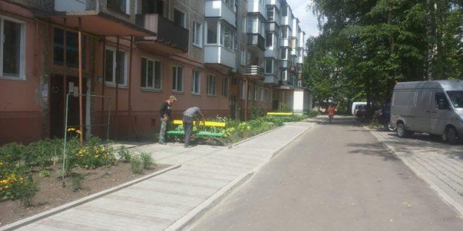 """Працівники ПП """"Наш дім"""" встановили нові лавки у дворі на вулиці  Слівенській"""