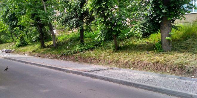 Ремонтують тротуар на вулиці Пушкіна