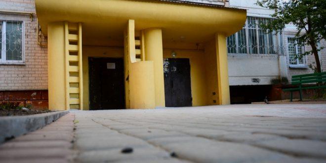 Завершується капітальний ремонт прибудинкової території на Володимира Великого, 10