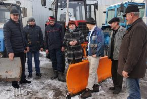 """Чотири одиниці техніки ПП """"Люкс"""" прибирали прибудинкові території від снігу"""