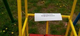 """Працівники ПП """"Люкс"""" фарбують обладнання дитячих майданчиків"""