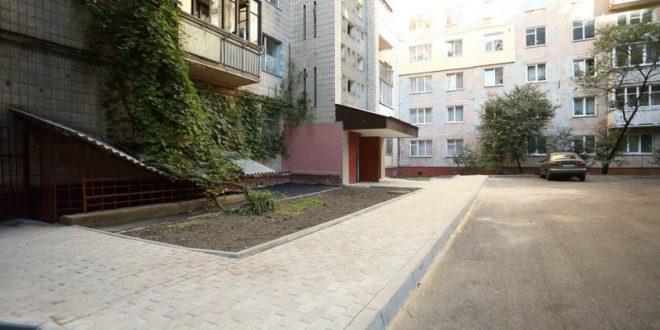 Заасфальтували двори на проспекті Злуки, 53 та Злуки, 55
