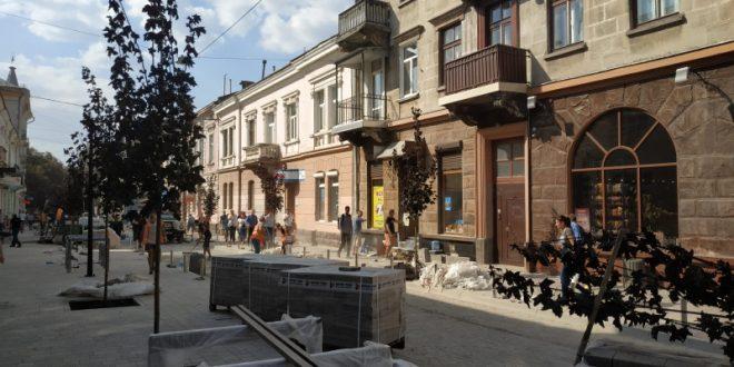 На вулиці Чорновола висадили дерева та встановили вуличне освітлення