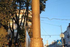 """Працівники КП """"Тернопільміськсвітло"""" відреставрували ліхтарі біля пам'ятника Соломії Крушельницької"""