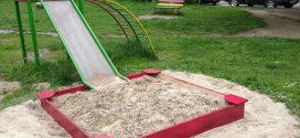 """Працівники ПП """"Сонячне"""" розвезли пісок у пісочниці"""