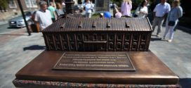 У Тернополі відкрили бронзовий макет міської Ратуші (фото)
