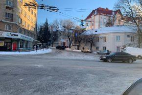 Вночі дорожні працівники за допомогою навантажувачів, самоскидів та іншої спецтехніки вивозили сніг з вулиць Тернополя