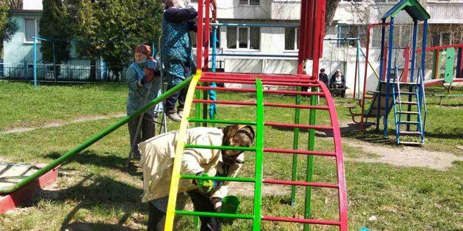 """Працівники ПП """"Сонячне"""" проводять ремонт дитячого обладнання та лавок для відпочинку"""