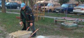 """Працівники ПП """"Люкс"""" розвозять пісок у пісочниці"""