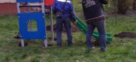 У дворі на Київській, 4 встановлюють обладнання дитячого майданчика
