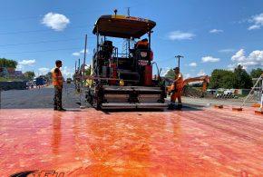Влаштування шару асфальтобетонного покриття провели на Гаївському мості. Фото
