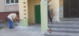 """Працівники ДП """"Люкс Житло"""" ПП """"Люкс"""" здійснили ремонт входів у будинку на бульварі Куліша, 4"""