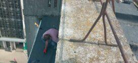 """Дашок над балконом ремонтують працівники ПП""""Вікторія-М"""""""