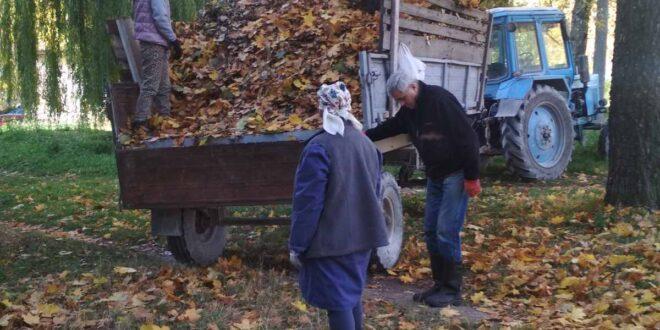 """Прибирання листя здійснюють працівники ПП """"Благоустрій"""""""